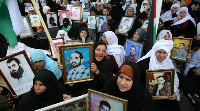 Decir prisionero o prisionera de la potencia colonial, ocupante, es decir palestino o palestina.